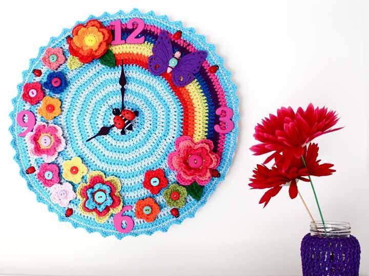 Acrescentando alguns itens decorativos você consegue fazer um lindo relógio de crochê
