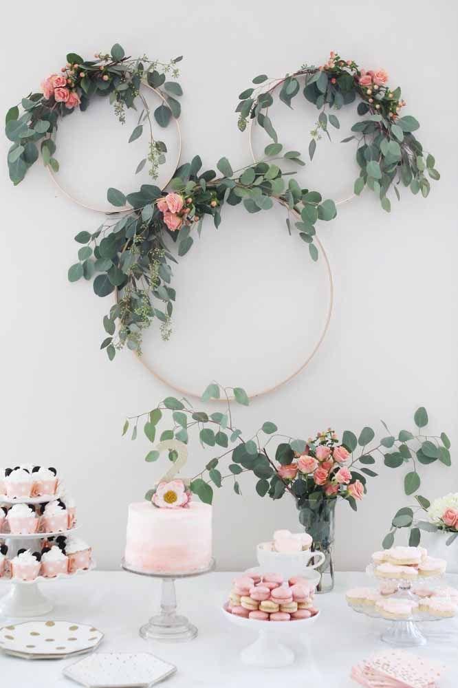 Festa da Minnie branca e rosa decorada com flores naturais