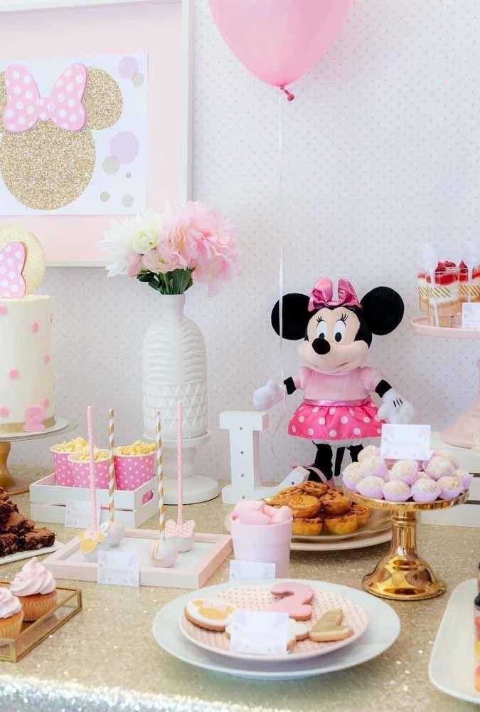 Use uma Minnie de pelúcia para ajudar a preencher a decoração da festa