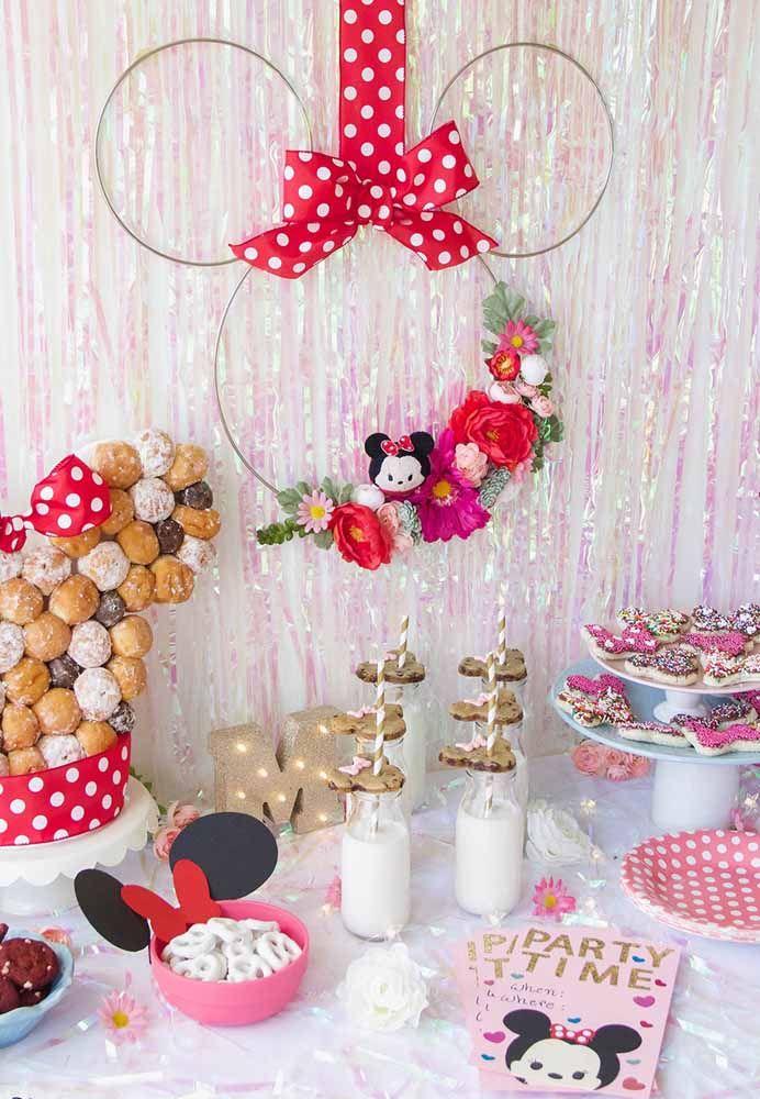 Três arames e um laço de fita vermelha e você já tem uma Minnie para decorar a festa