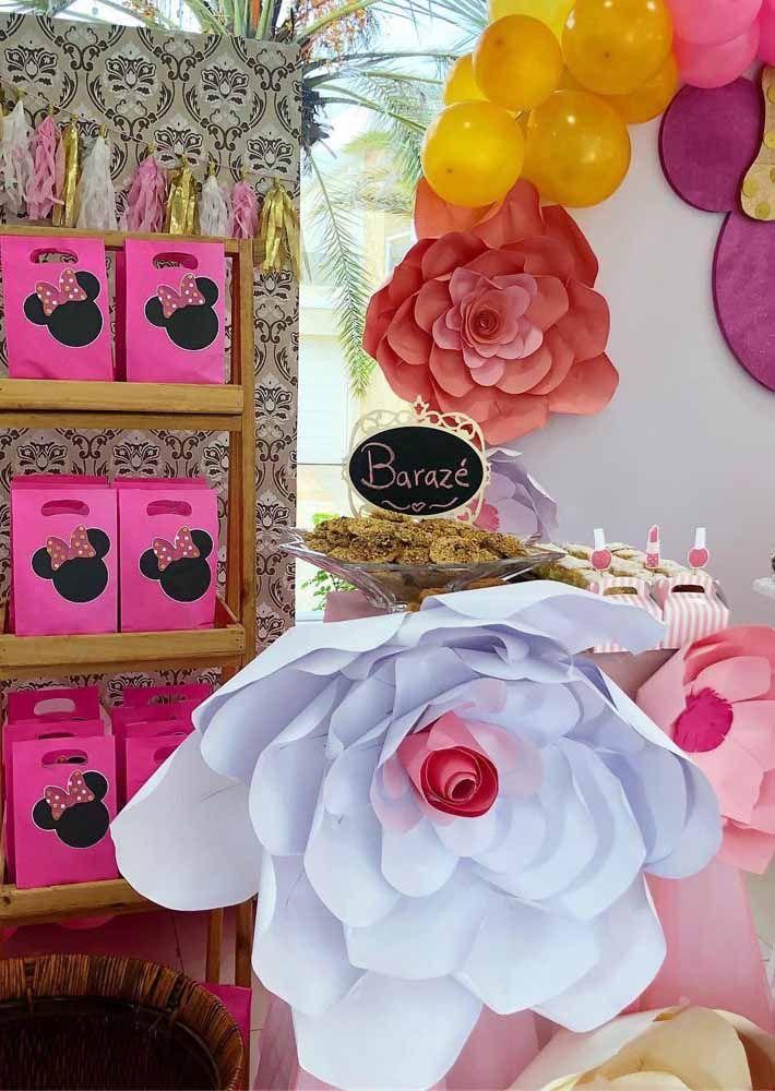 Flores gigantes entraram com tudo nessa decoração da Minnie