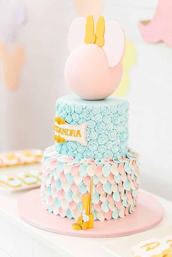 As tradicionais cores da personagem foram substituídas por outras mais claras e suaves, mas o formato do bolo não nega o tema da festa