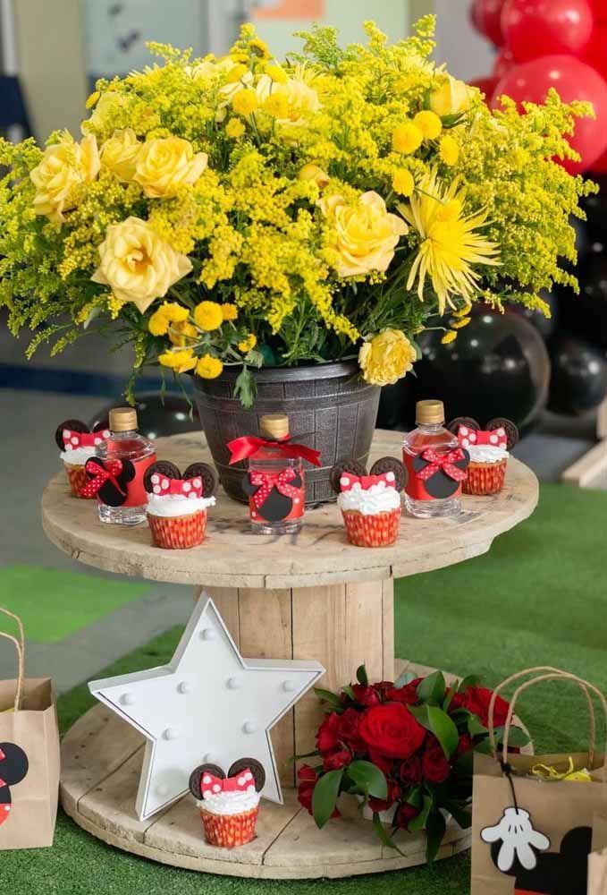 Uma opção de decoração rústica para a festa Minnie