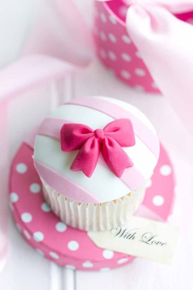 Cupcake da Minnie; a estampa de poá reforça a presença da personagem