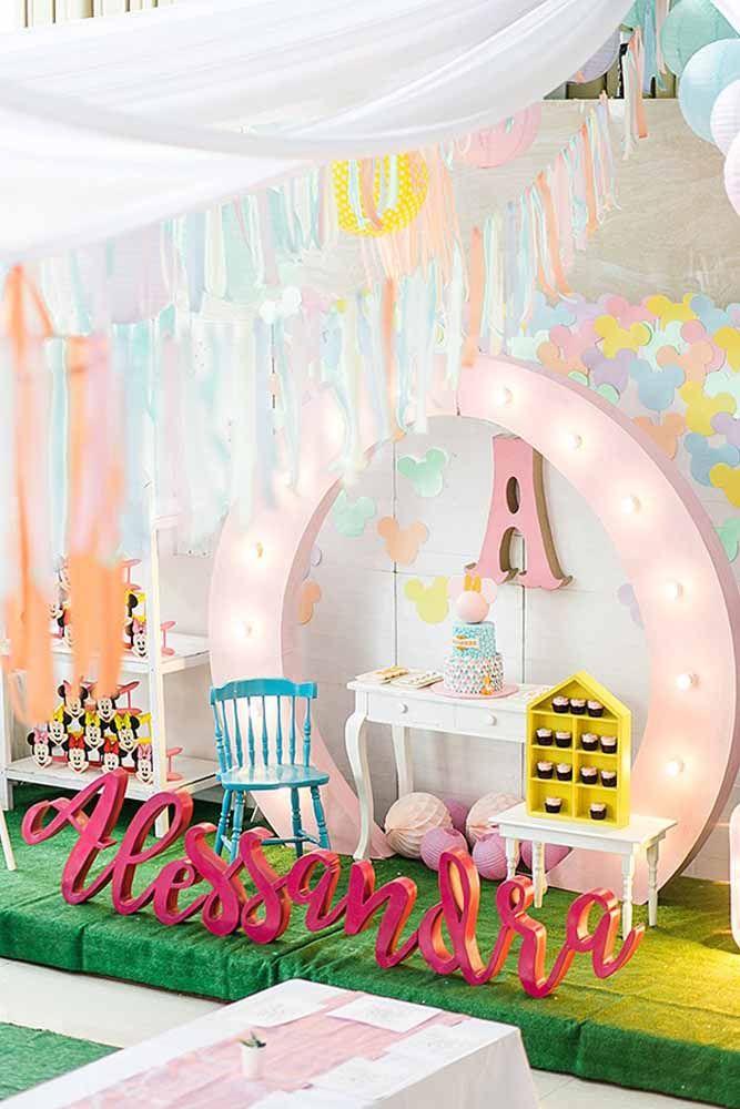Em um primeiro momento pode até não parecer a festa da Minnie, mas logo os detalhes vão surgindo e revelam uma decoração diferente para o tema