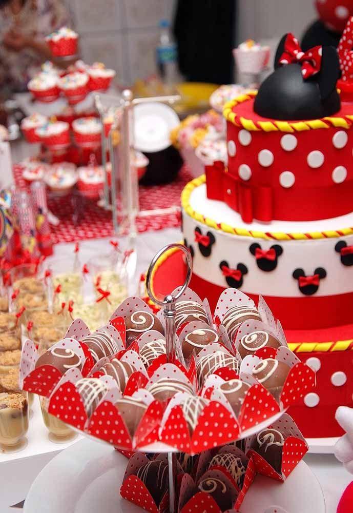 Decoração da festa Minnie com as cores originais da personagem: vermelho, preto e amarelo