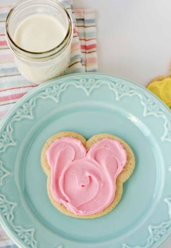 Torradinha servida com creme rosa: uma maneira simples de trazer a personagem para a mesa