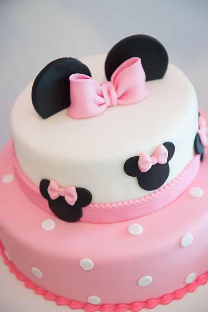 Delicado e charmoso: esse bolo Minnie foi todo decorado com pasta americana