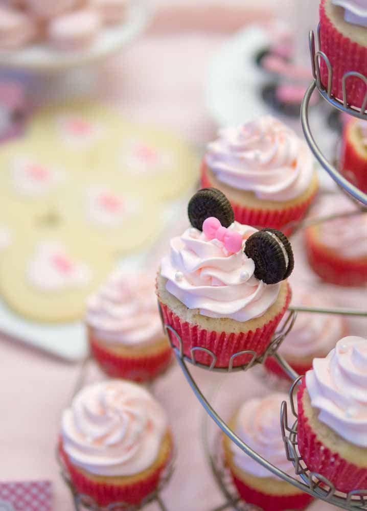 As orelhinhas da Minnie desse cupcake foram feitas com bolacha recheada