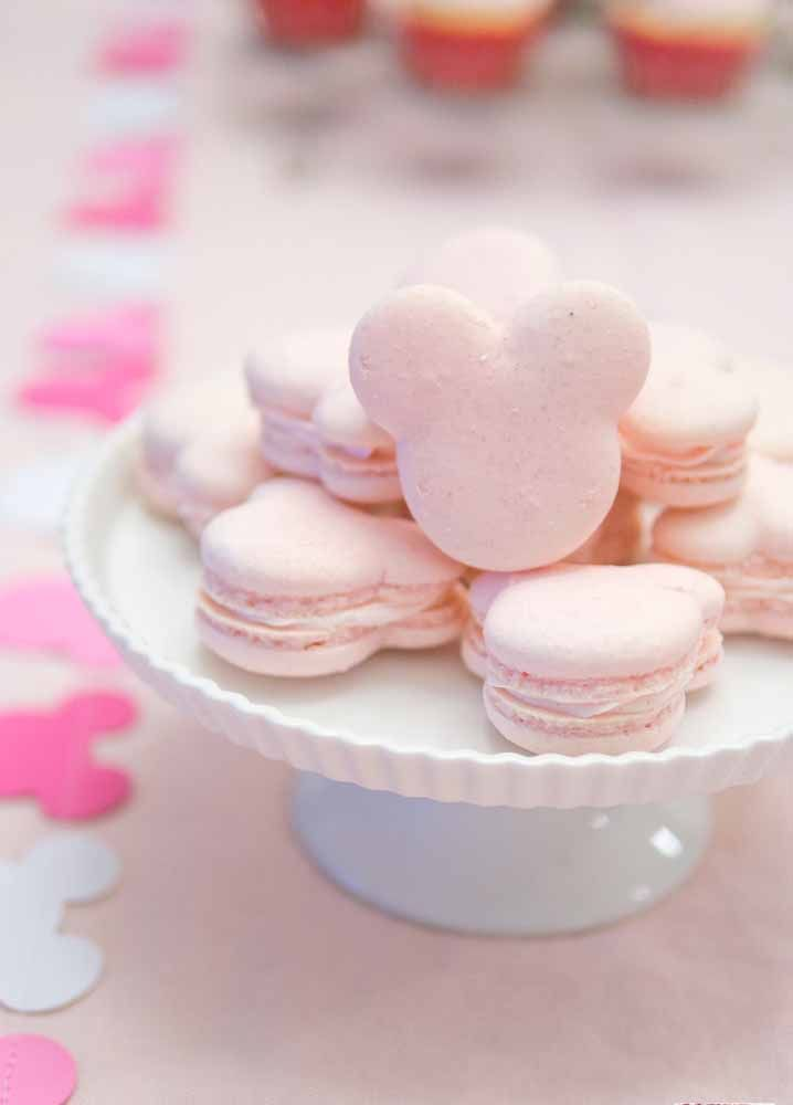 Macarons cor de rosa com a cara dela