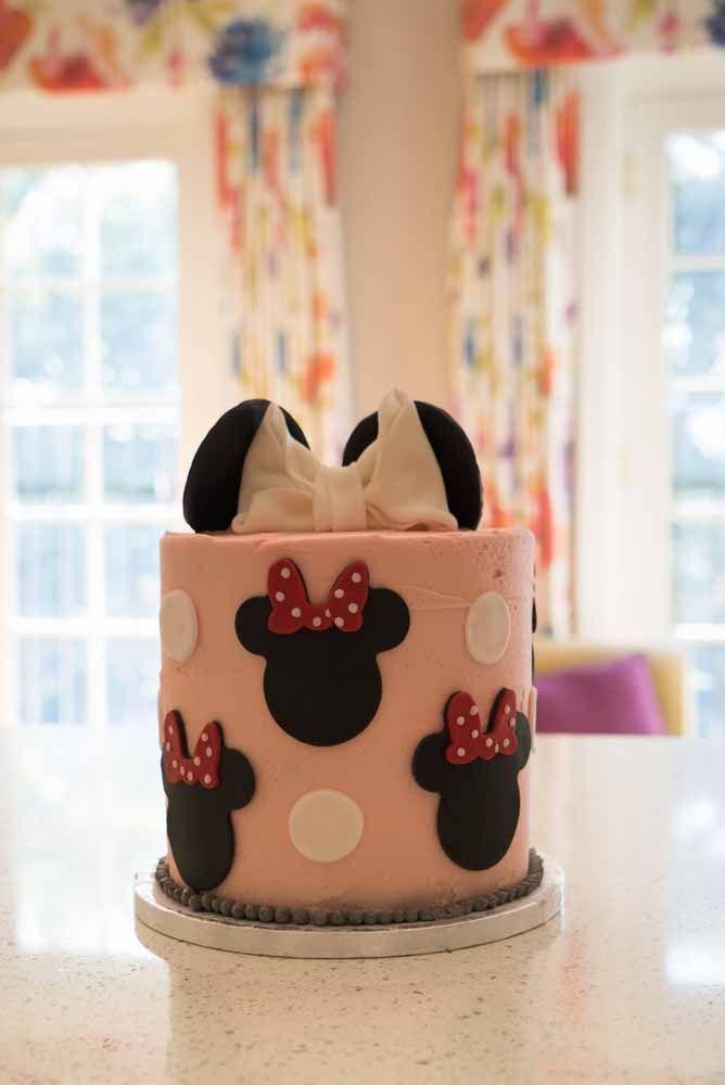 Pasta americana e muitas carinhas de Minnie para decorar o bolo