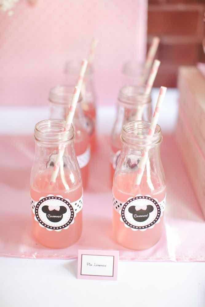 Bebidas servidas em copos personalizados com a cor da personagem