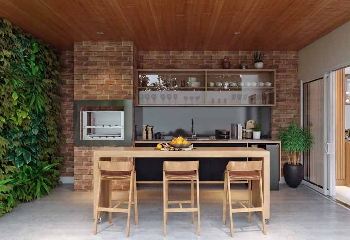 Área de churrasco decorada com um lindo jardim vertical