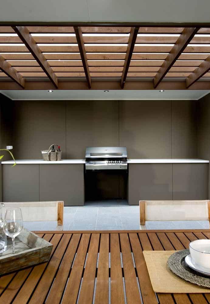 Moderna e minimalista: essa área de churrasco apostou nos tons neutros mais escuros para compor a decoração