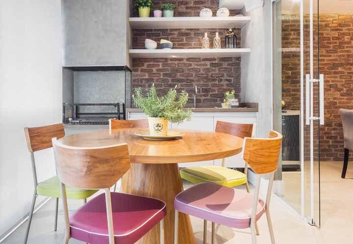 Área de churrasco decorada com prateleiras