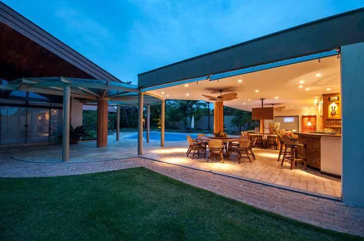 Um projeto de iluminação bacana para área de churrasco é fundamental para garantir bons momentos durante a noite também