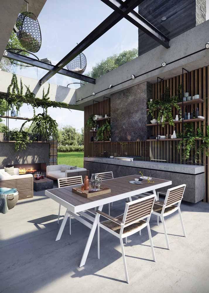 Pergolado de vidro traz a cobertura necessária sem privar o ambiente da luz natural