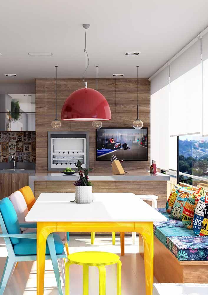 Área de churrasco de apartamento decorada com muita cor e alegria