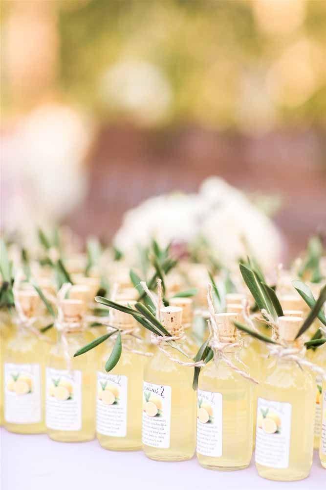 Lembrancinhas de batizado feitas com garrafinhas de suco personalizadas