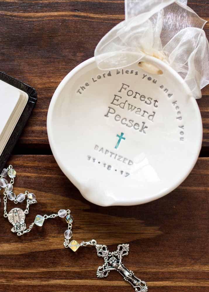 A concha de batismo foi usada aqui como lembrancinha de batizado acompanhada de mini terço e, claro, do nome e da data do evento