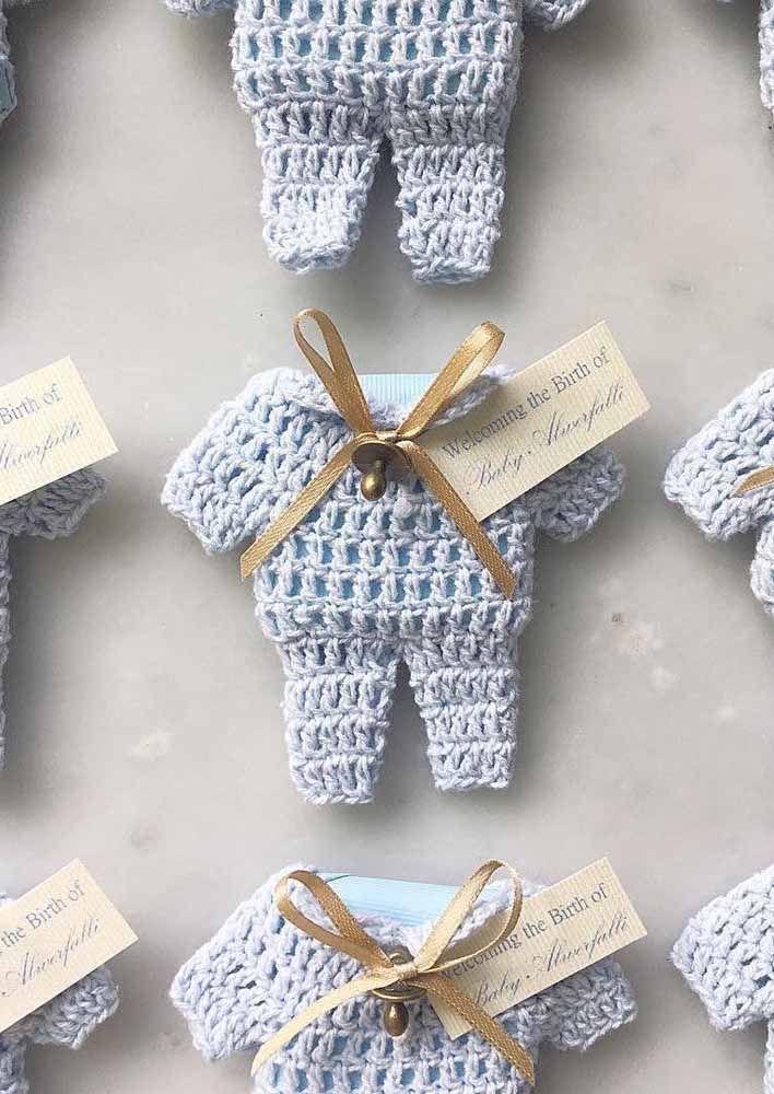 Lembrancinha de batizado linda e delicada: macacão em miniatura feito em crochê