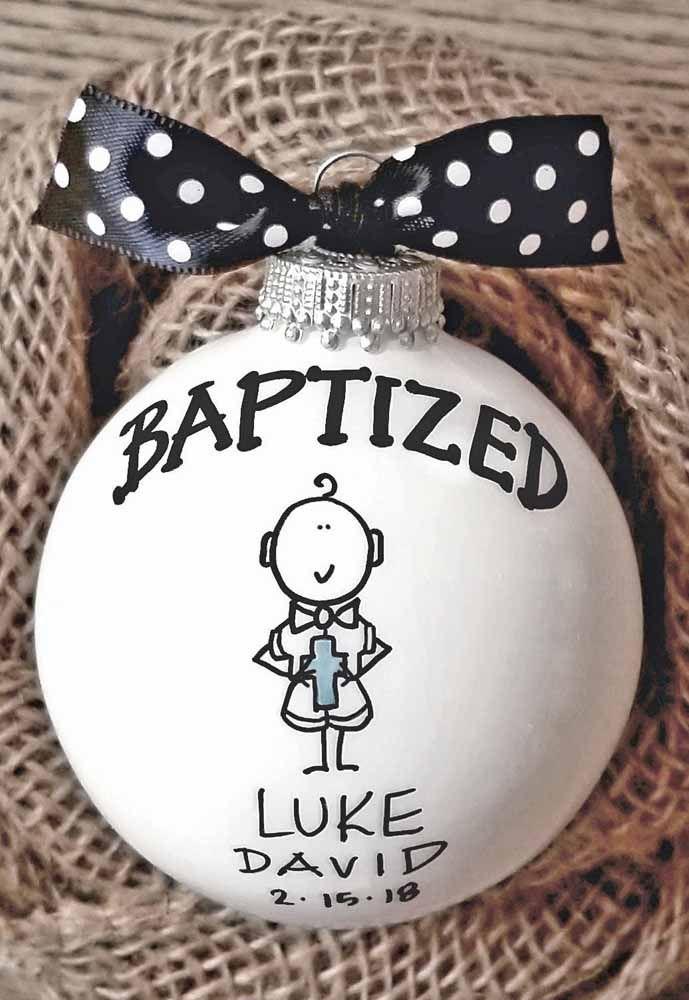 Aqui, a bola de árvore de natal virou lembrancinha personalizada de batizado