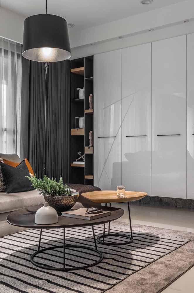 Pretos com detalhes em madeira: opção de nichos para uma decor sóbria e elegante