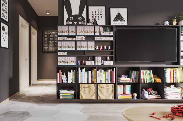 Nessa sala, o nicho abraça livros, DVDs, brinquedos e até o aparelho de TV