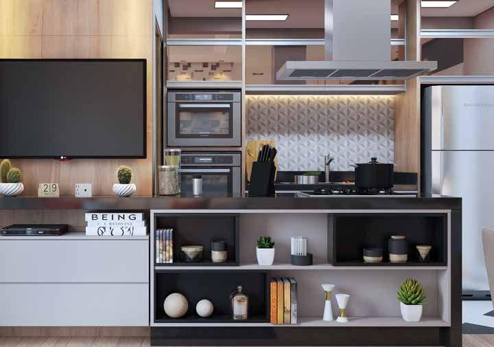 Aqui, os nichos servem para marcar a divisão entre a sala e a cozinha