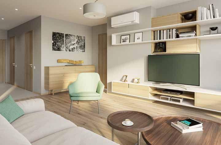 Um único nicho usado em toda a extensão da parede da sala, passando, inclusive, pelo armário acima da TV
