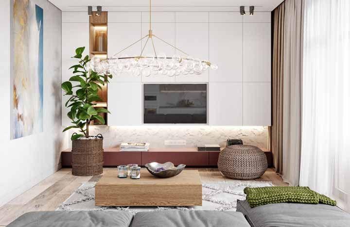 Junto ao armário branco, o nicho de madeira se destaca mesmo pela iluminação de LED