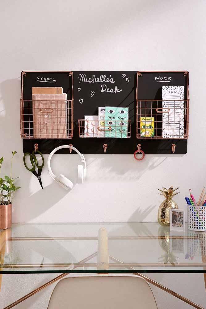 Chalkboard para o escritório: junto com o quadro, porta trecos e ganchinhos
