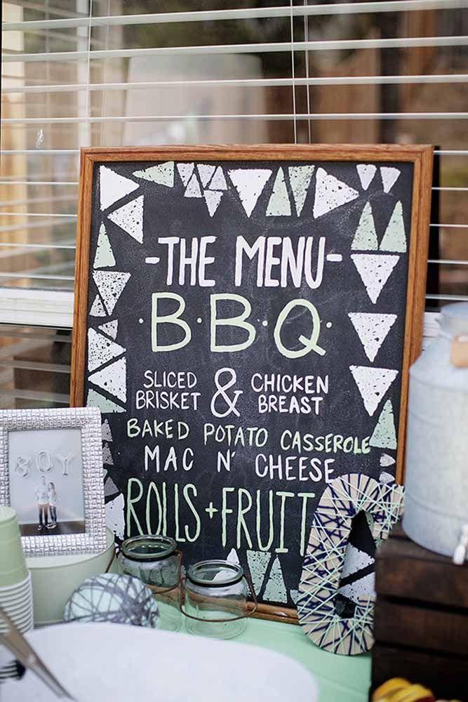 Em formato de quadro, esse Chalkboard mostra o menu em cima da mesa