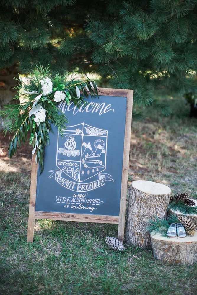 O Chalkboard dá as boas vindas na festa de casamento acompanhado de um arranjo floral.