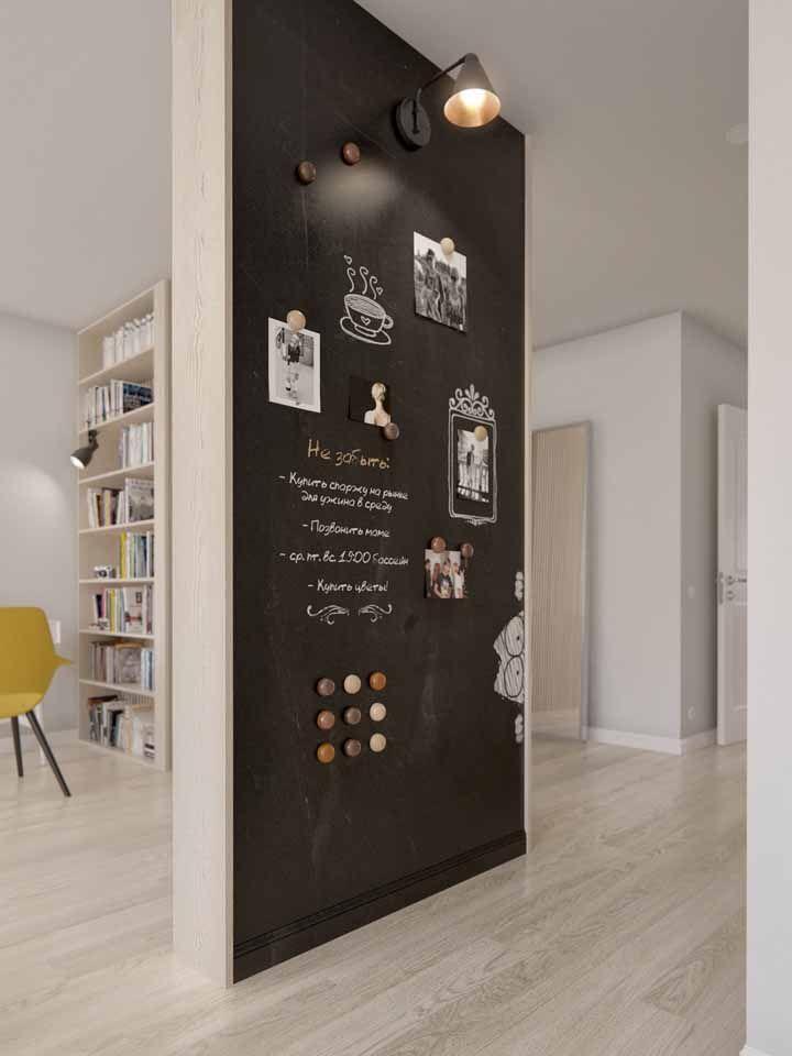 O corredor é um excelente local da casa para abrigar um Chalkboard, esse aqui ainda usa fotos para completar a decoração