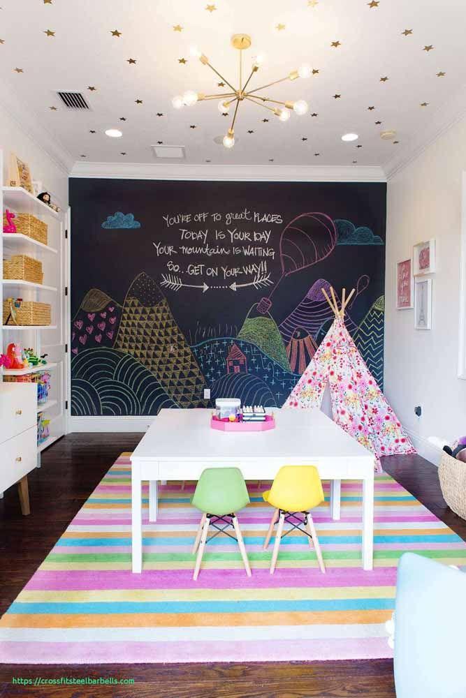 No quartinho infantil, o Chalkboard foi usado para ilustrar um cenário da imaginação