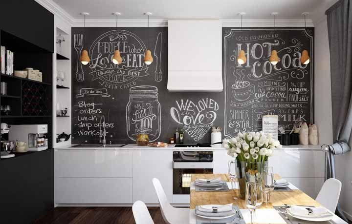 A cozinha preta e branca apostou em um Chalkboard para descontrair
