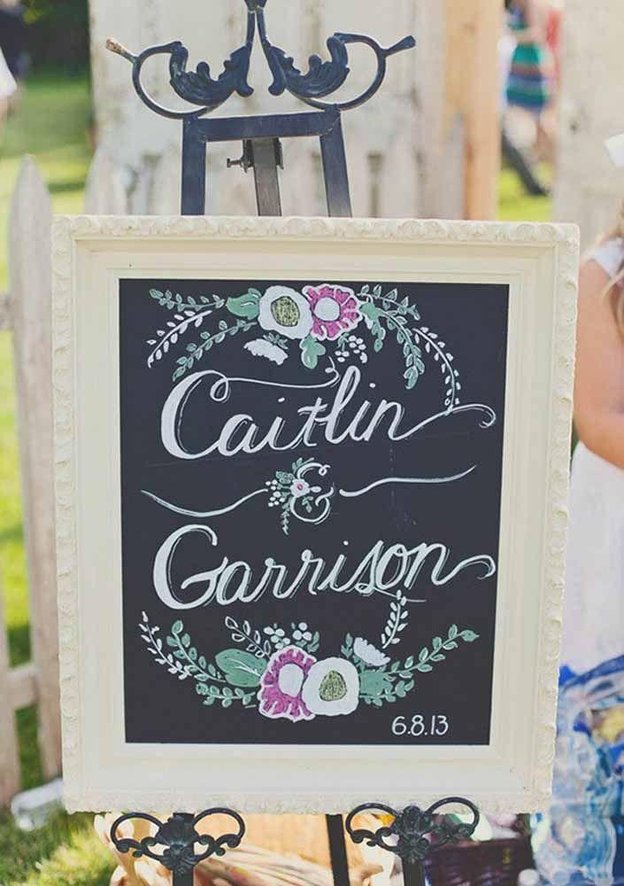 Já nesse outro casamento, o Chalkboard revela apenas o nome dos noivos emoldurado por flores coloridas