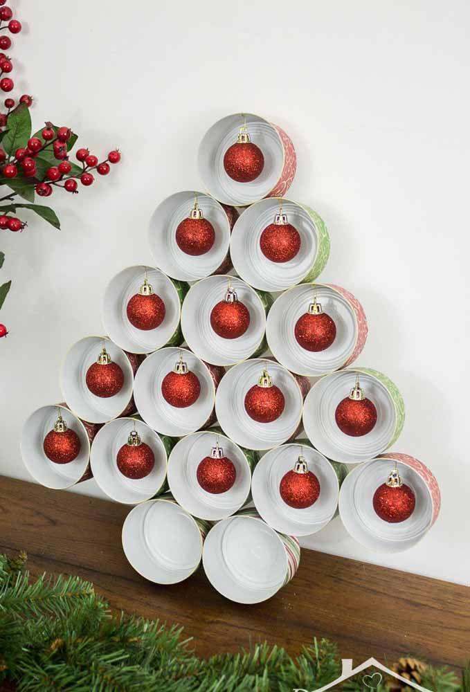 E o que acha de ir um pouquinho além e fazer toda a árvore de natal com latinhas de alumínio?