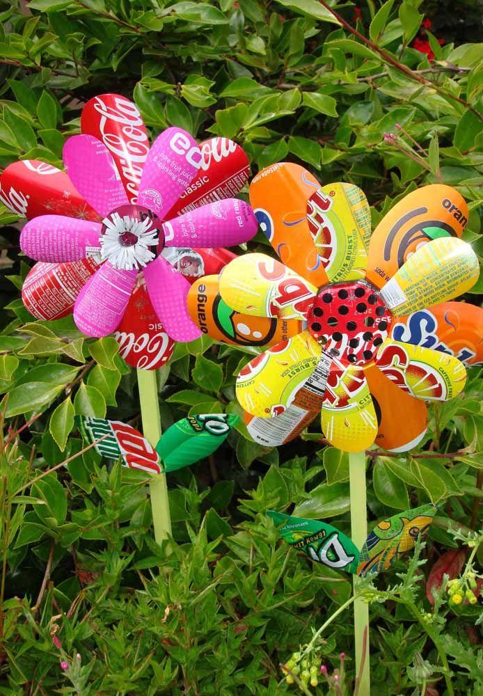 Catavento diferente para o jardim; você pode pintar as pétalas ou use-as com a cor original da latinha