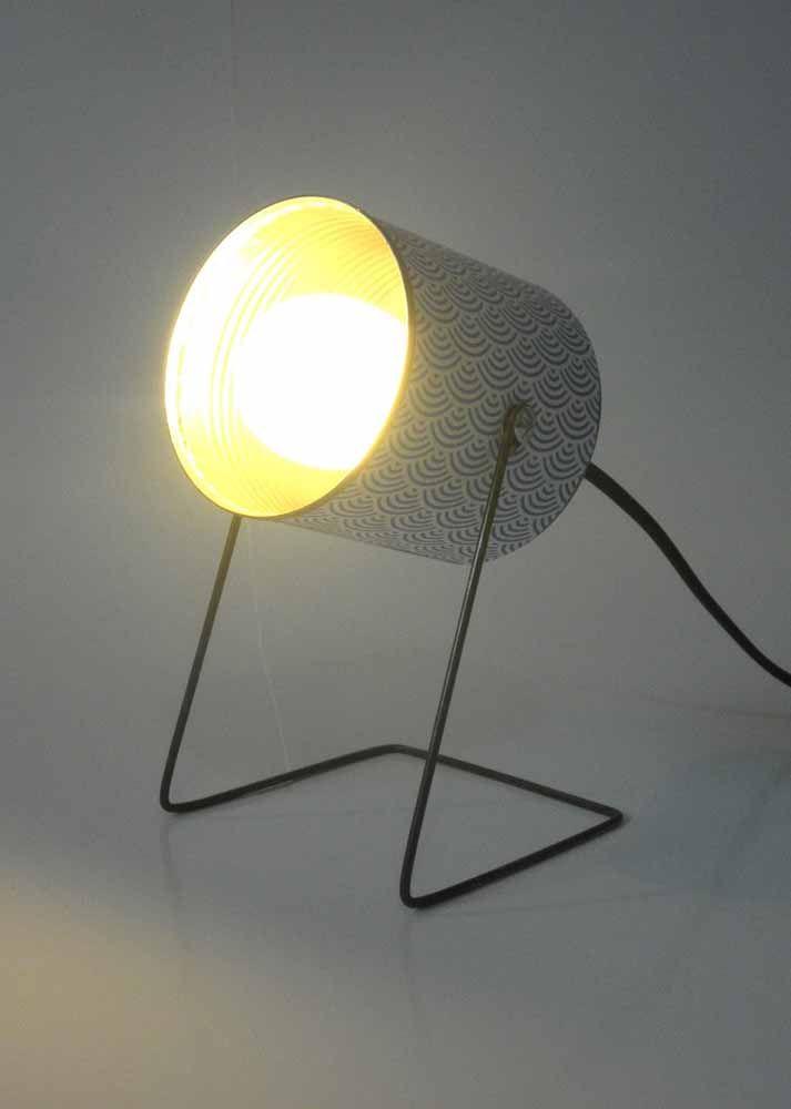 Você diria que essa luminária é feita de latinha de cerveja?
