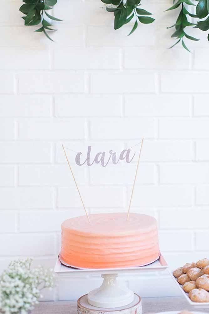 A decoração desse bolo fica por conta das três camadas de massa colorida