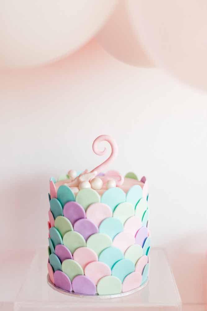 Escamas coloridas de pasta americana para decorar o bolo infantil