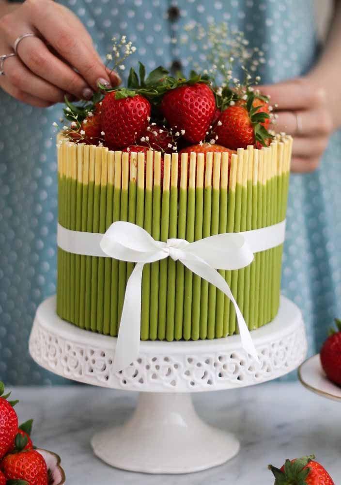 Nunca é demais decorar o bolo com morangos, não é mesmo?
