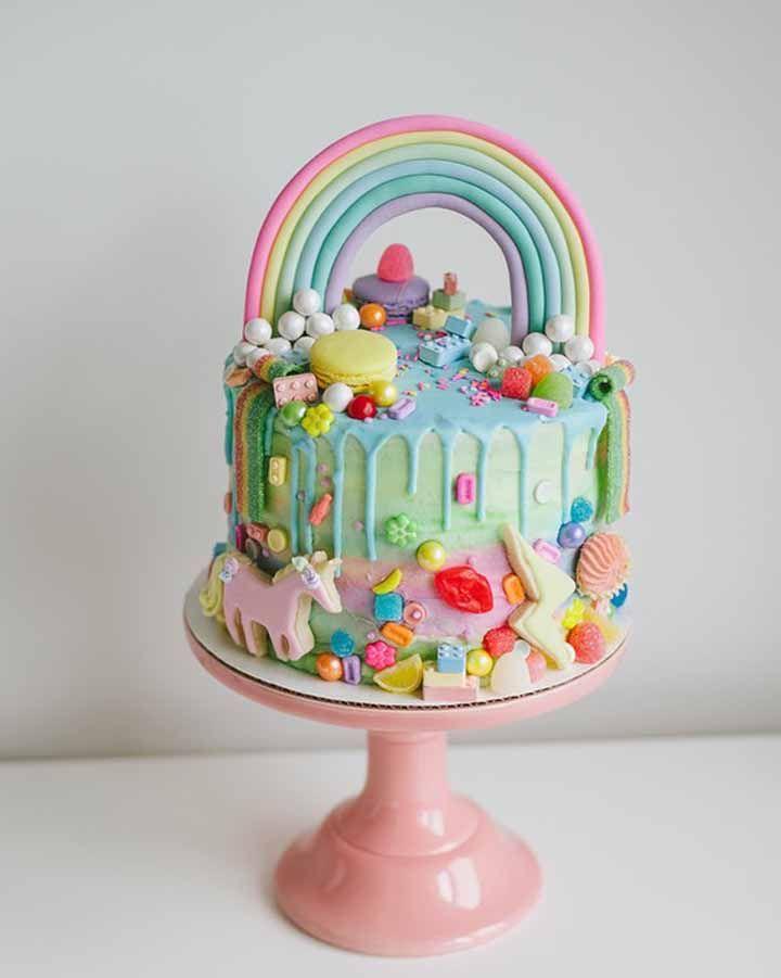 Arco íris e unicórnios: o imaginário infantil desenhado no bolo de aniversário