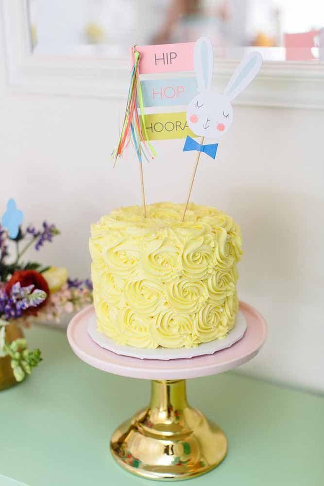 O simples que também dá certo: a proposta aqui foi um bolo decorado com rosas amarelas de chantilly