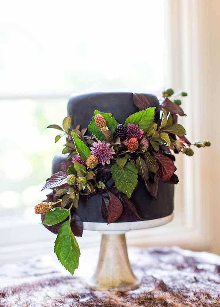 E o que acha de um bolo decorado preto?