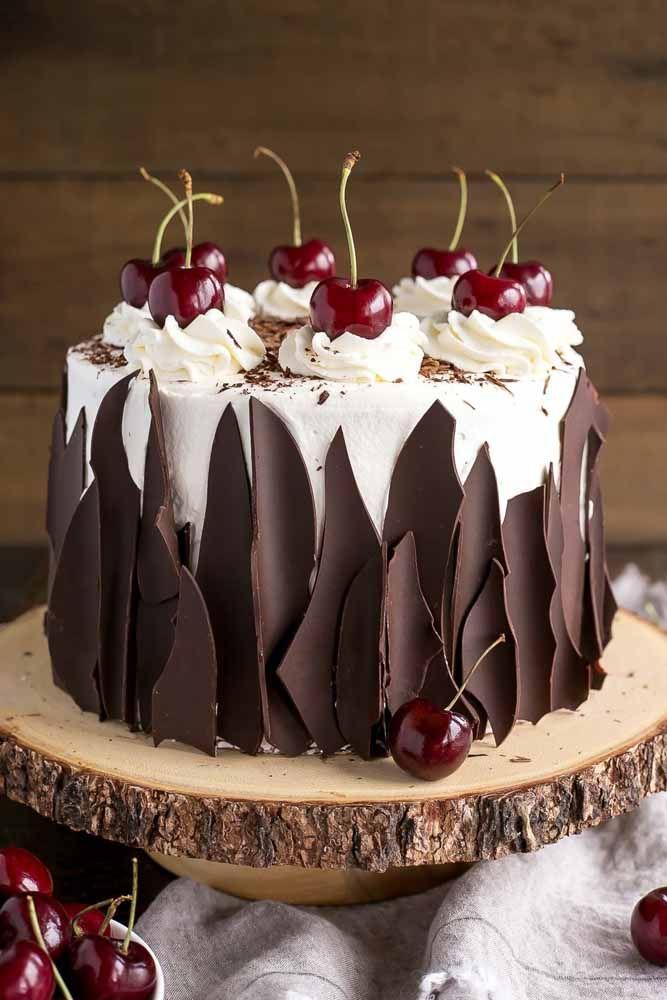 O tradicional bolo floresta negra decorado com muito charme e elegância