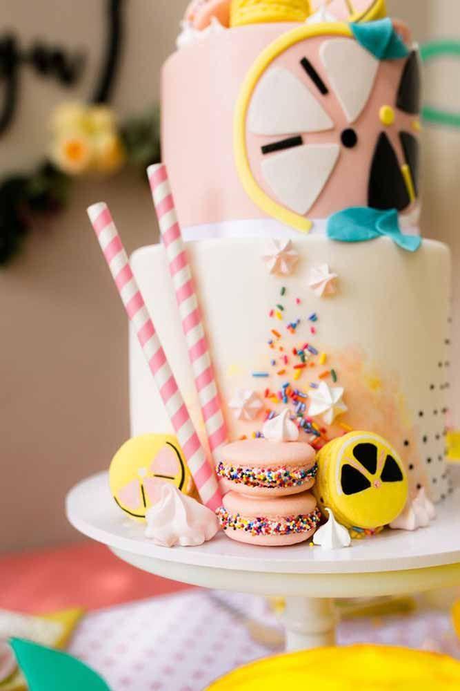 Para uma festa cítrica, um bolo decorado com limões coloridos
