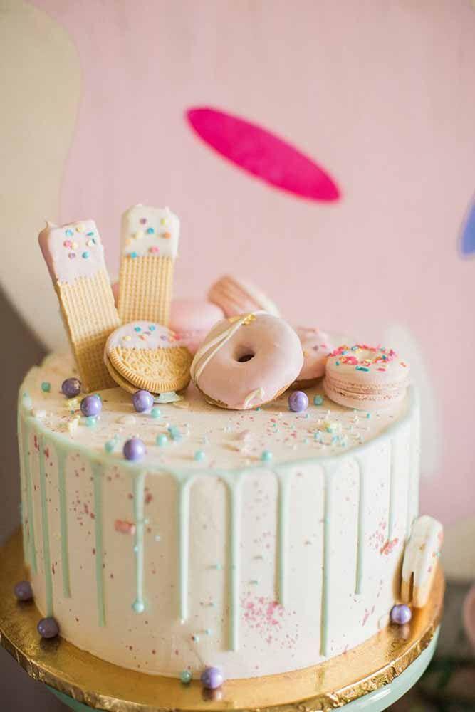 Waffles e rosquinhas fazem a decoração encantadora desse bolo infantil